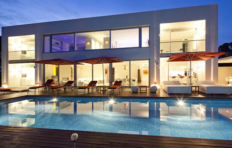 Fantàstica ill.luminació nocturna de la casa i la piscina