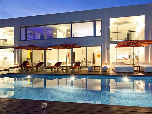 Fantástica iluminación nocturna de la casa y la piscina