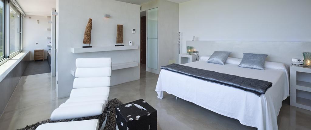 Dormitorio espacioso con mucha luz natural