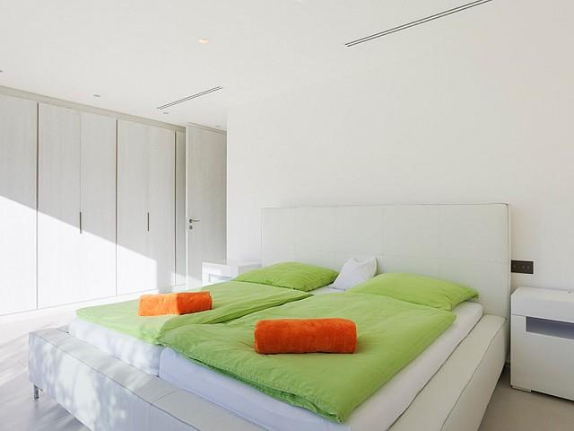 Dormitorio luminoso con armarios empotrados