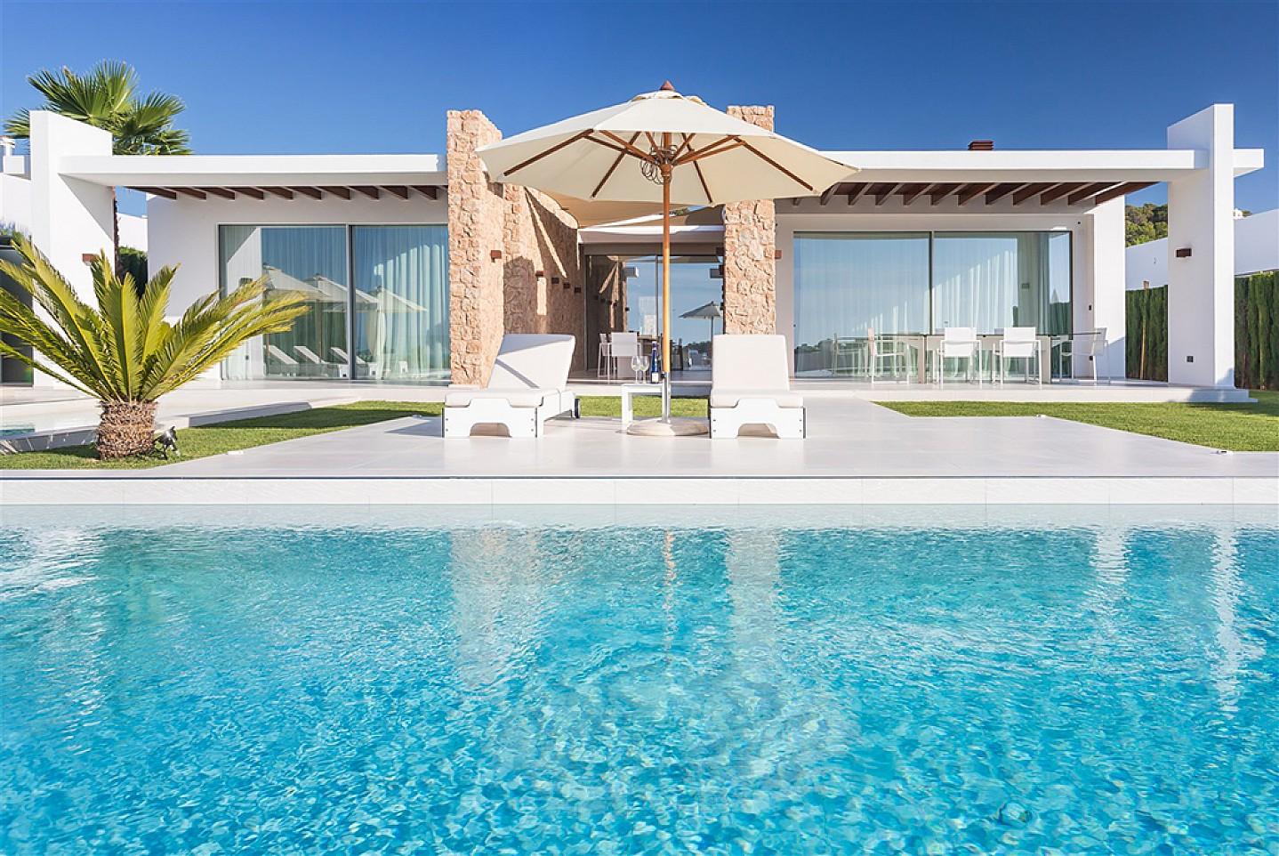 Bones vistes exteriors de la casa amb la piscina