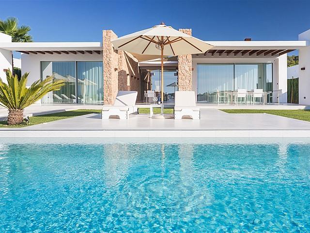 Estupendas vistas exteriores de la casa con la piscina