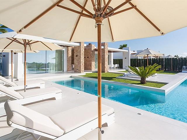 Gran piscina rodeada de hamacas y sombrillas