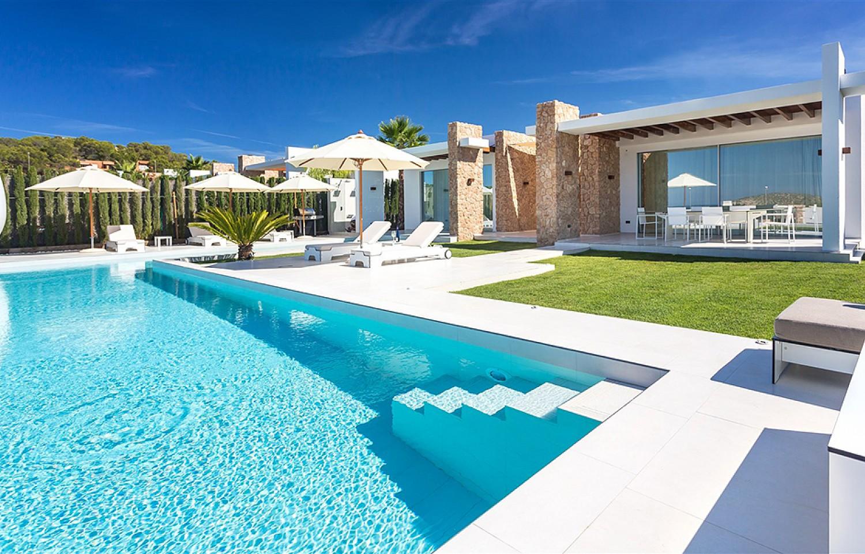 Magnífica piscina exterior amb hamaques