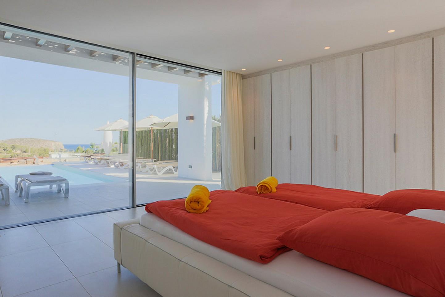 Dormitori amb armaris encastellats i accés a la terrassa