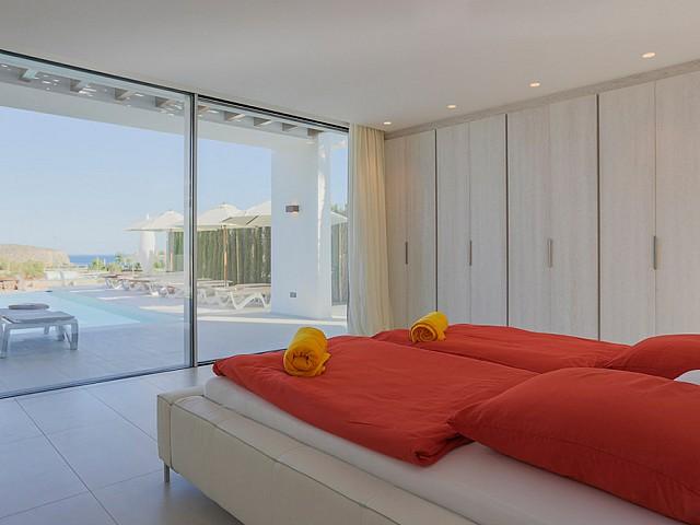 Dormitorio con armarios empotrados y salida a la terraza