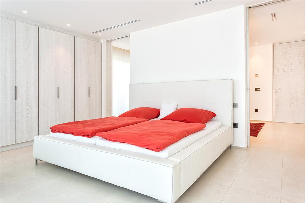 Светлая спальня виллы в аренду в Кала Конта