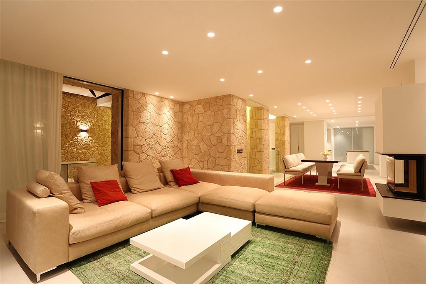 Salón muy espacioso con buena iluminación