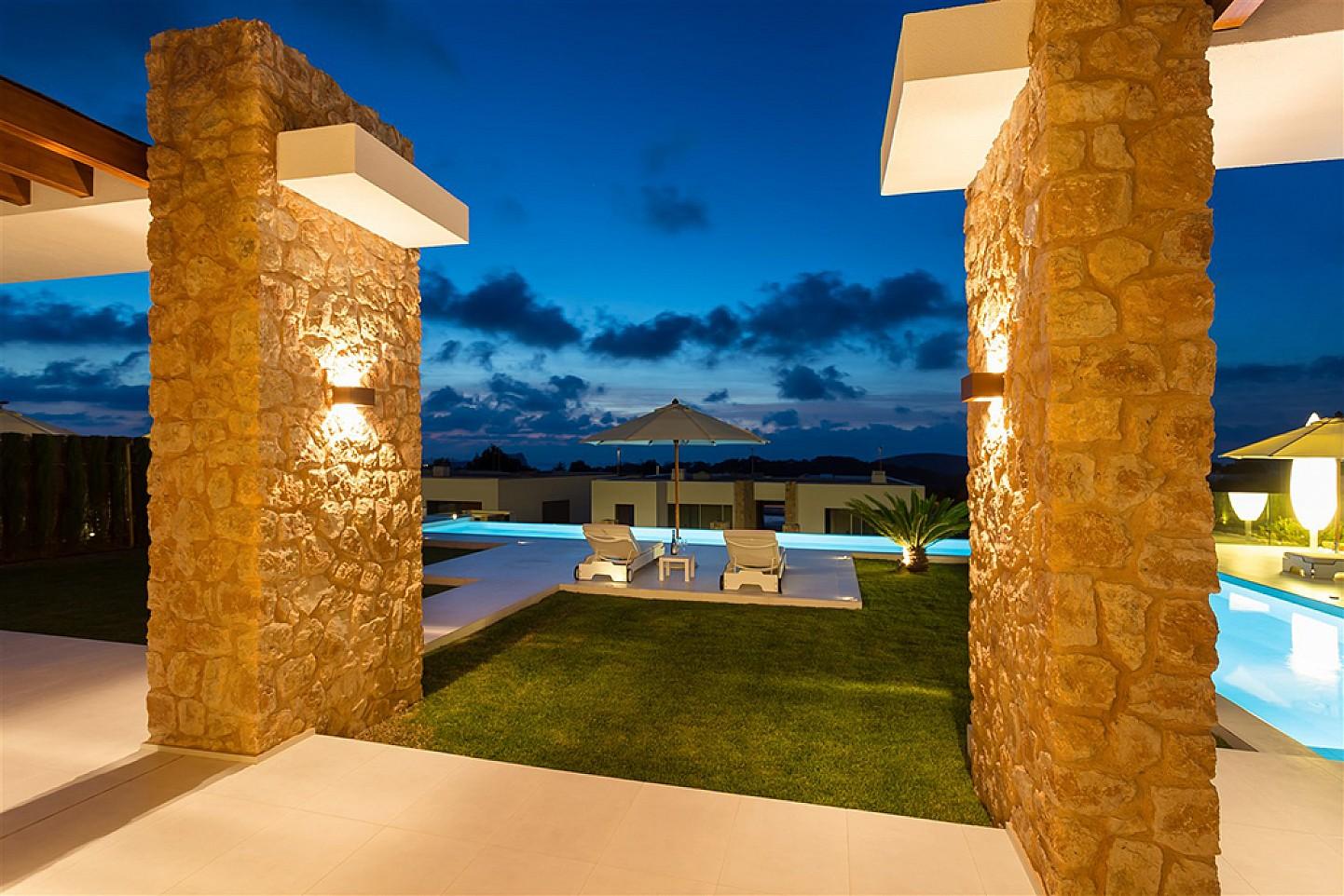 Buena iluminación nocturna de los exteriores de la villa