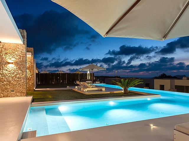 Magnífica iluminación nocturna de la piscina