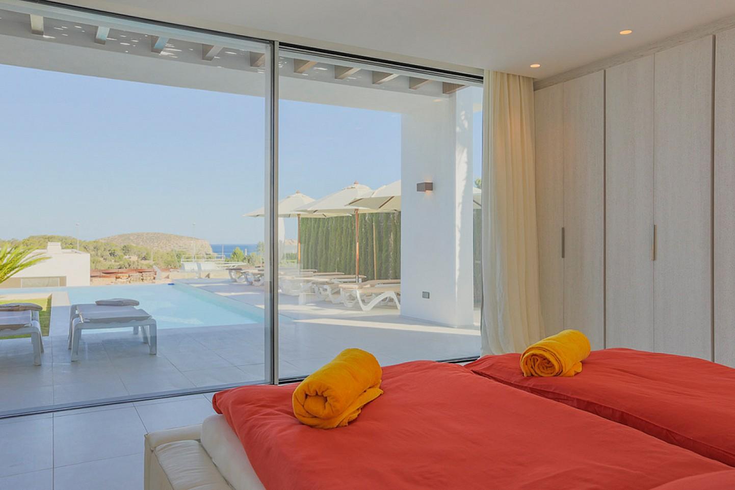 Dormitorio con salida a la terraza