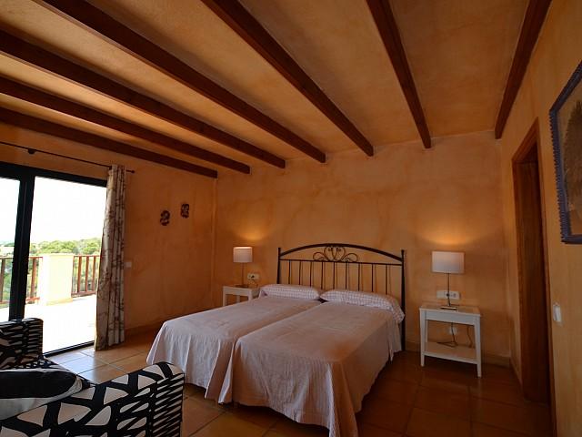 Dormitorio con doble cama y salida a la terraza