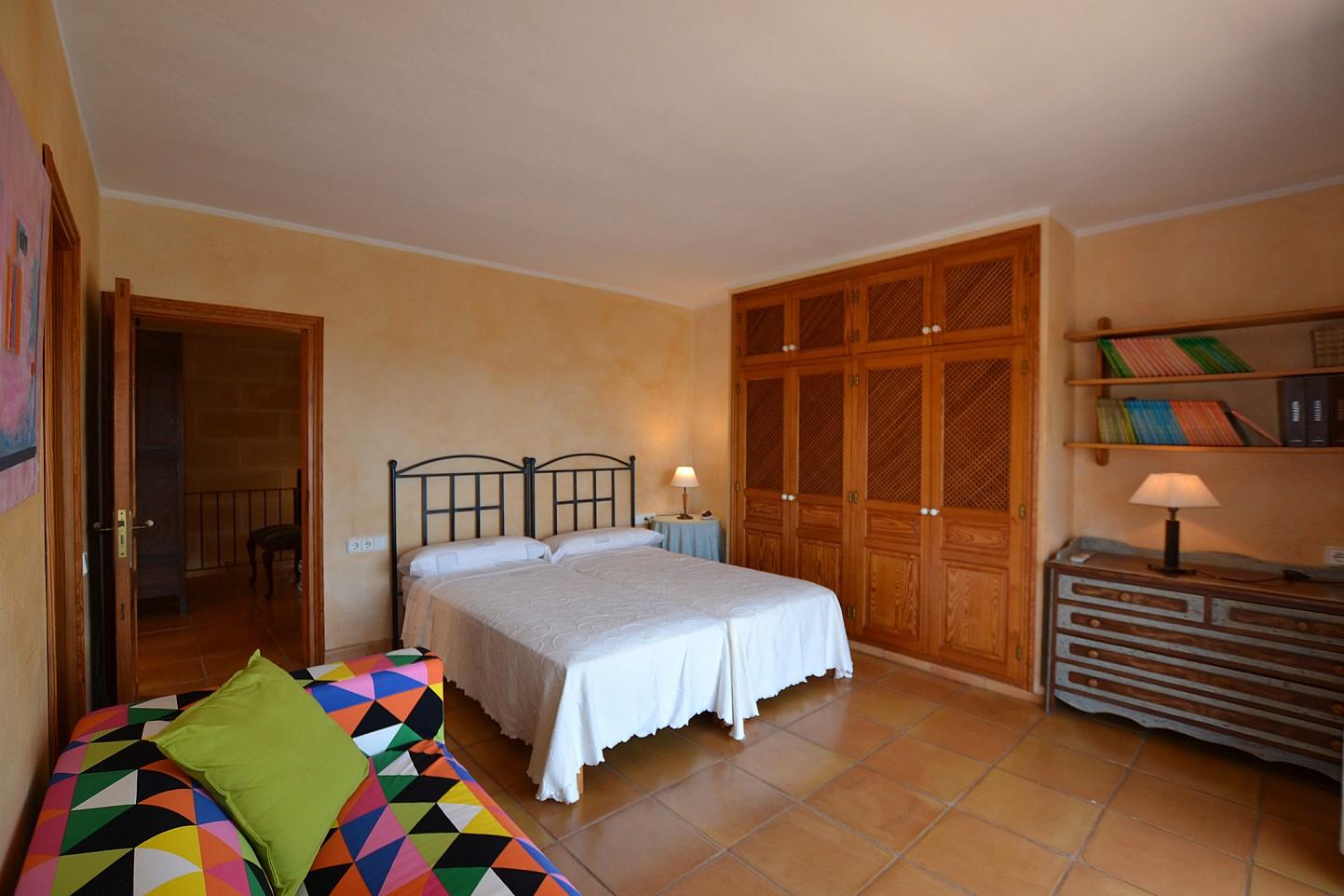 Dormitorio con doble cama amplio y soleado