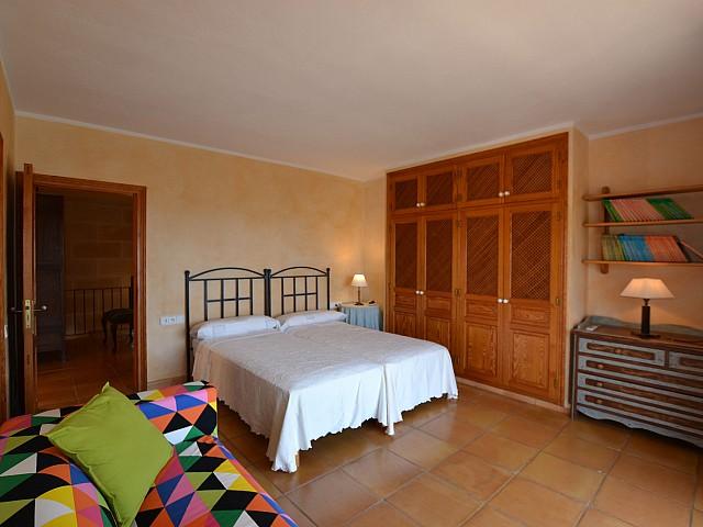 Dormitori amb doble llit ampli i solejat