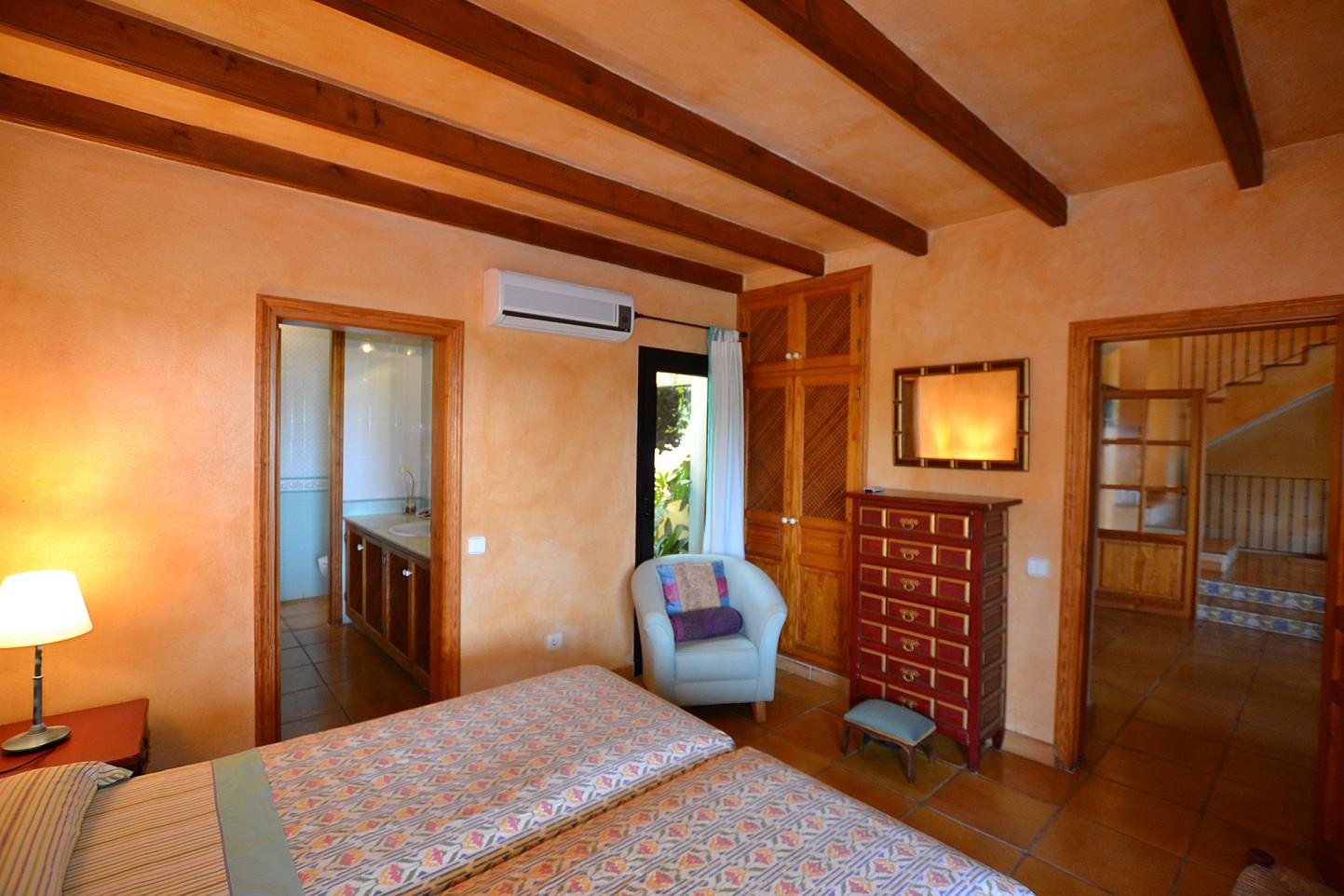 Светлая спальня дома в аренду в Кала Ваделья