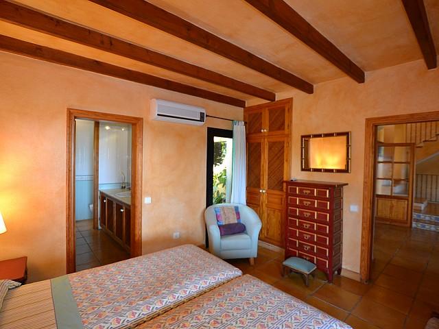 Vistas del dormitorio con los techos y vigas de madera