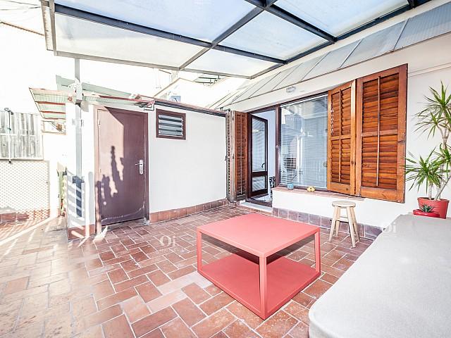 Аренда пентхауса в очень хорошем состоянии, много света и полностью оборудована для переезда в Барселону.