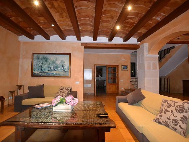 Vistas interiores de la villa con el salón