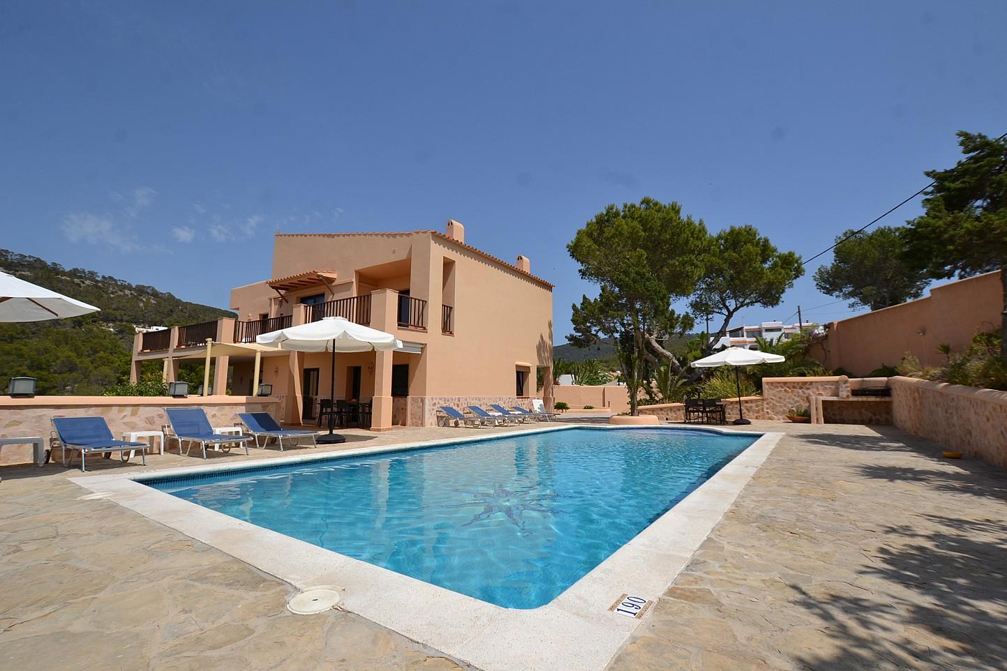 Gran piscina en la terraza
