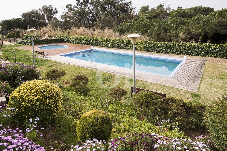Gran piscina exterior en el jardín