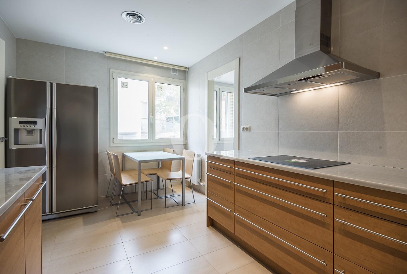 Vistas de la cocina amplia y muy luminosa