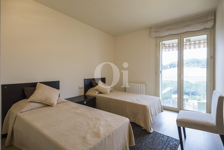 Dormitorio con dos camas y acceso a la terraza