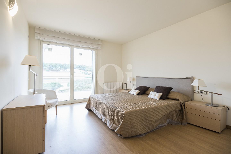 Dormitorio amplio y soleado, conectado con la terraza