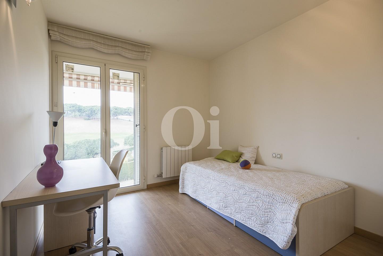 Dormitorio soleado con salida a la terraza