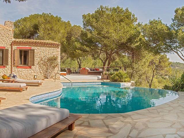 Vistes exteriors de la casa amb la gran piscina