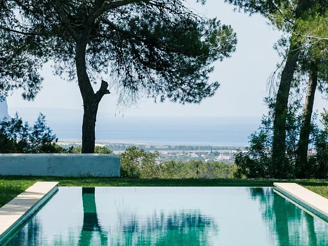 Excel.lents vistes al mar des de la piscina infinity pool