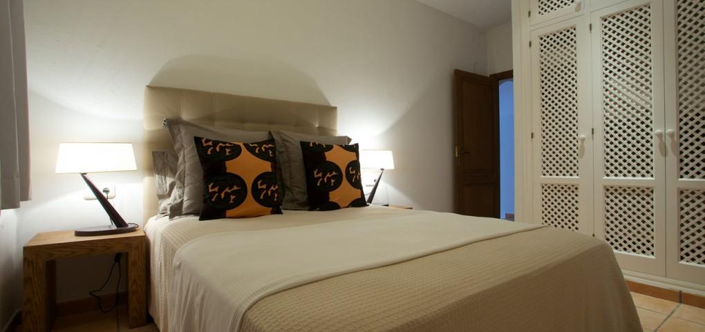 Dormitorio espacioso con buena iluminación