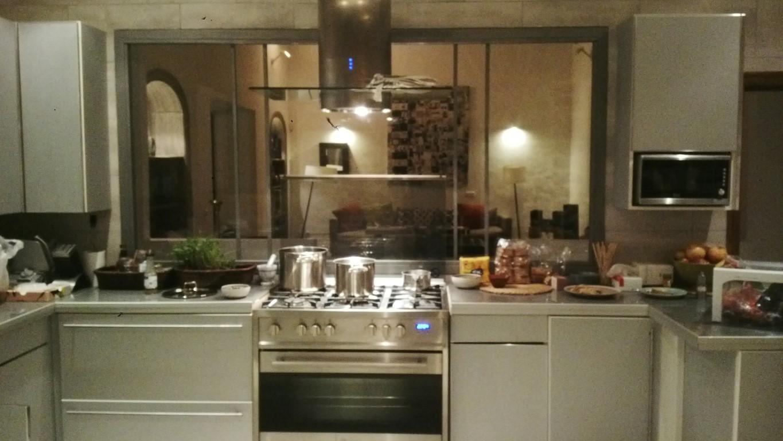 Cocina amplia completamente equipada