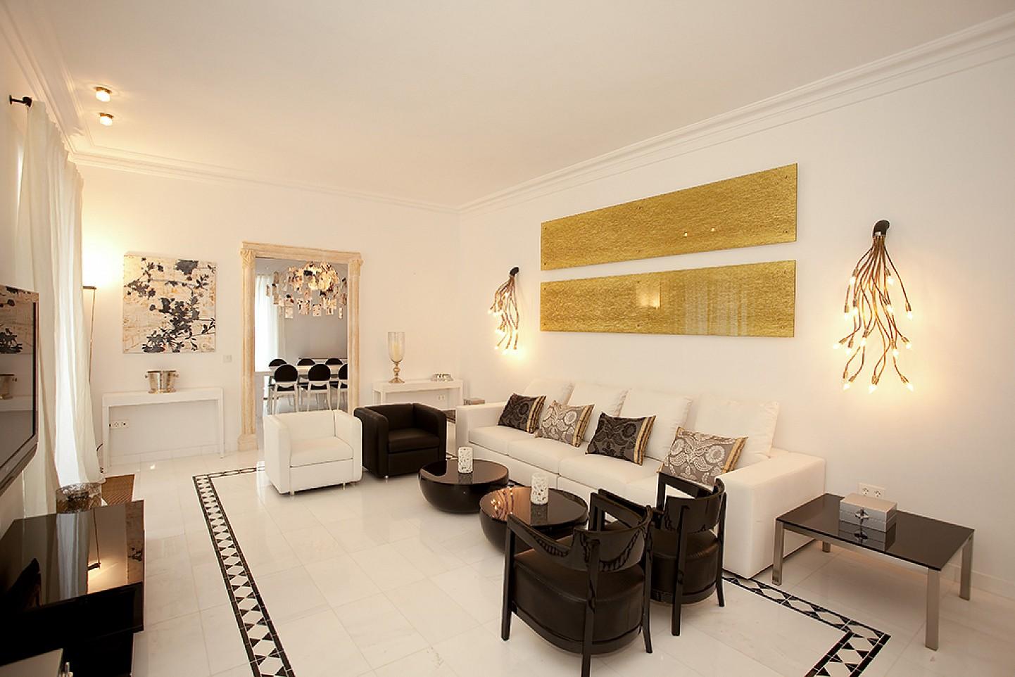 Шикарная гостиная  дома в аренду в центре Ибицы