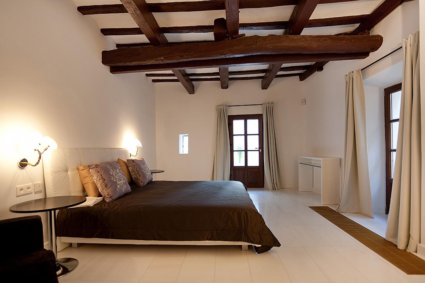 Шикарная спальня дома в аренду в центре Ибицы