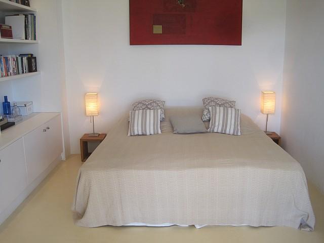 Светлая спальня комплекса с 2 виллами в Сан Лоренсо