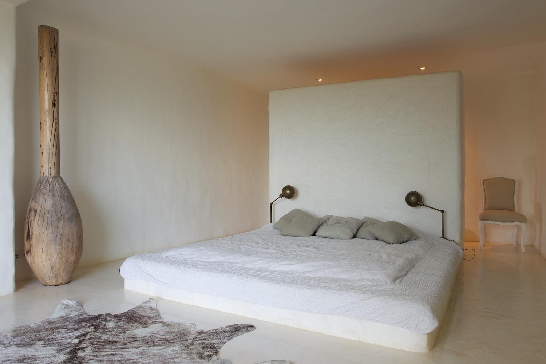 Светлая спальня виллы в Сан Агустин