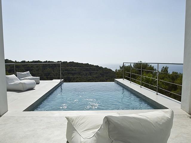 Шикарный бассейн виллы в Кала Салада