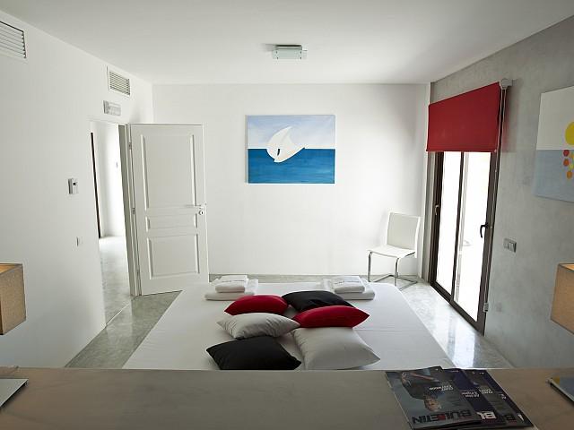 Светлая спальня виллы в Кала Салада