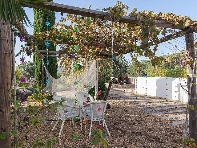 Живописный сад виллы в Кала Нова