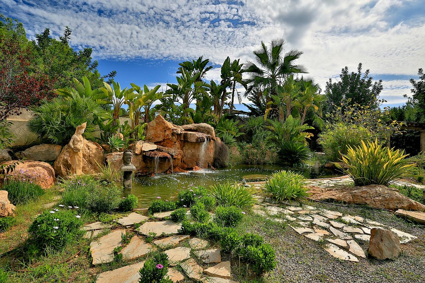 Живописный сад виллы в Санта Эулалия