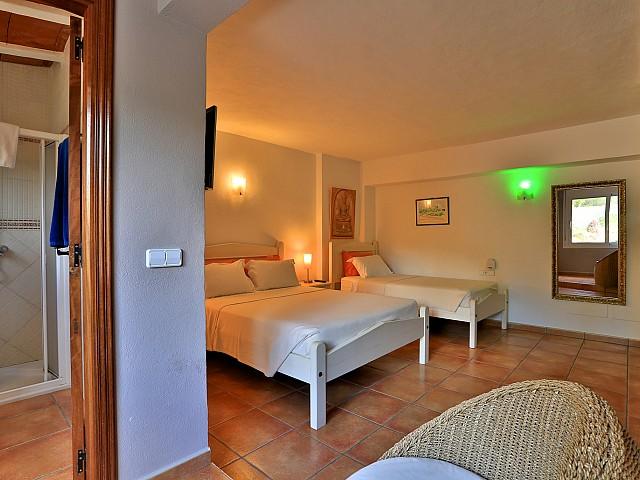 Светлая спальня виллы в Санта Эулалия