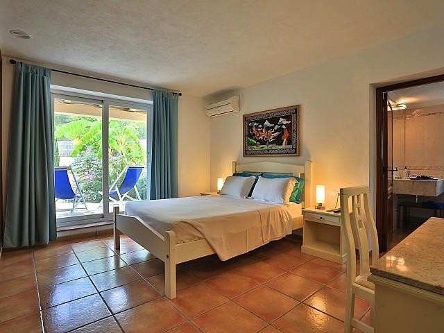 Шикарная спальня виллы в Санта Эулалия