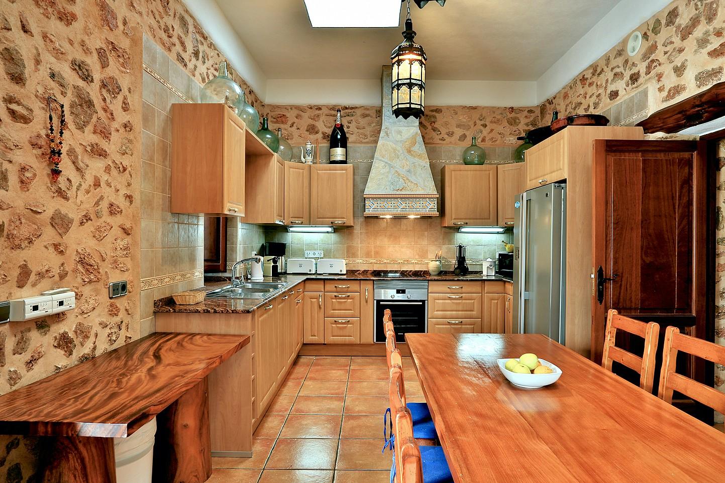 Современная кухня виллы в Санта Эулалия