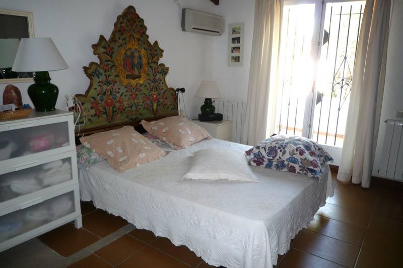 Светлая спальня дома в Амелья де Мар