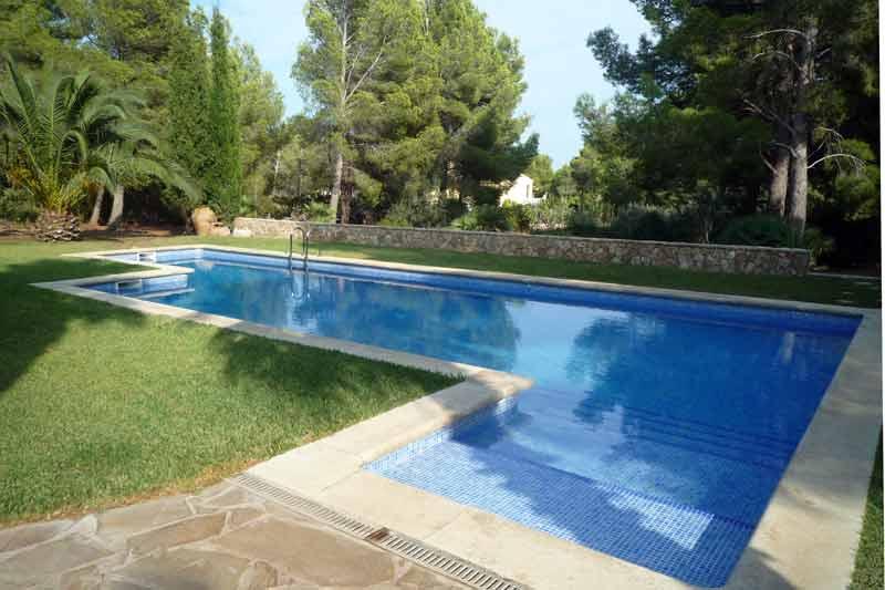 Шикарный бассейн дома в Амелья де Мар