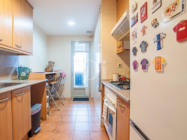 Современная кухня квартиры на продажу в Побленоу