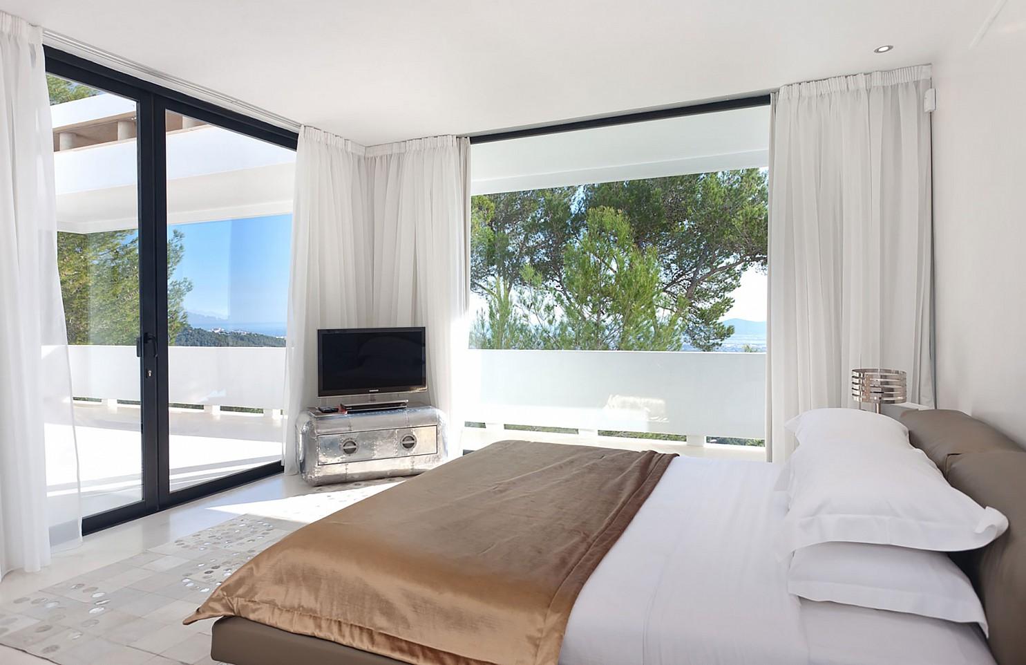 Шикарная спальня виллы в Салинас