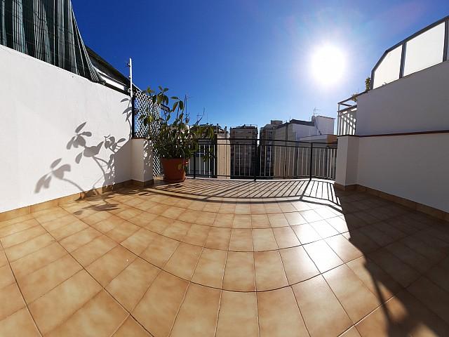 Helles Penthouse mit Terrasse im Zentrum von Premia de Mar.