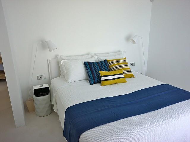 Светлая спальня виллы рядом с Кала Моли