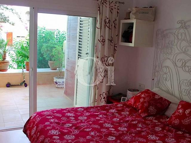 Уютная спальня квартиры на продажу в Санта Эулалия
